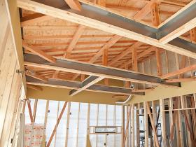 木の温もりに鉄の強さをプラス。構造計算で耐震性や耐久性も確認。